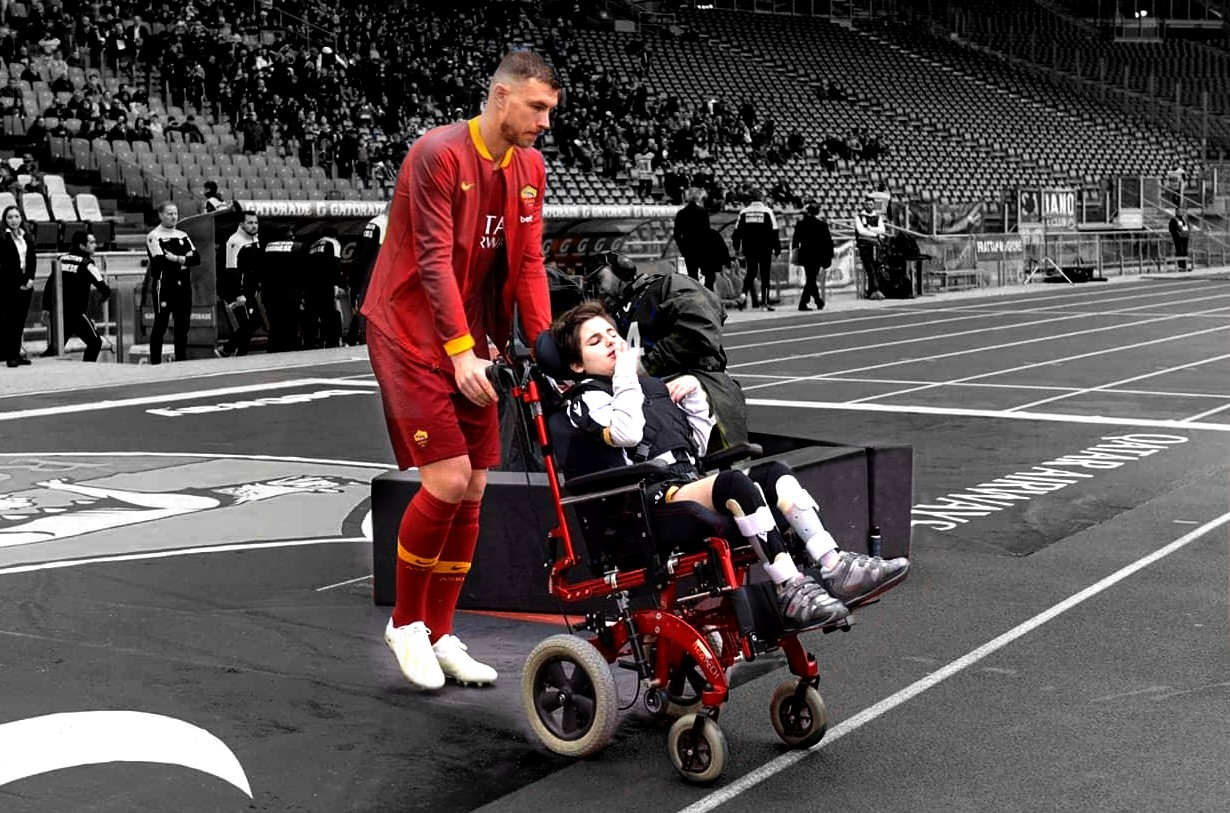 Dzeko porta in campo una bambina con disabilità prima di Roma-Udinese