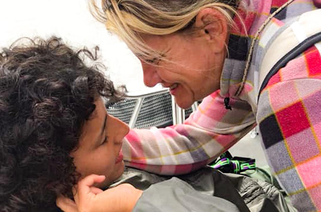 abbraccio figlia disabile e madre sul cammino di santiago